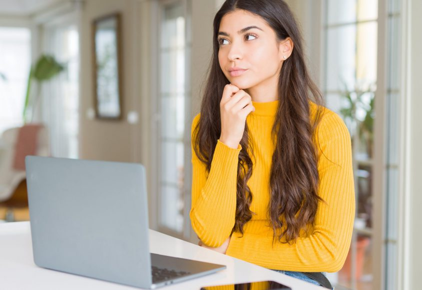 Kobieta zastanawia się przeglądając stronę www