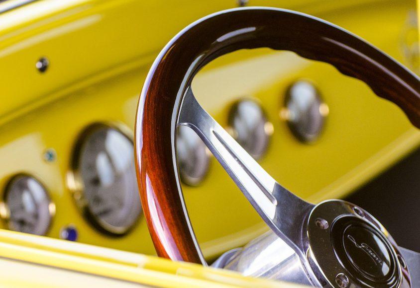 Układ kierowniczy żółtego pojazdu
