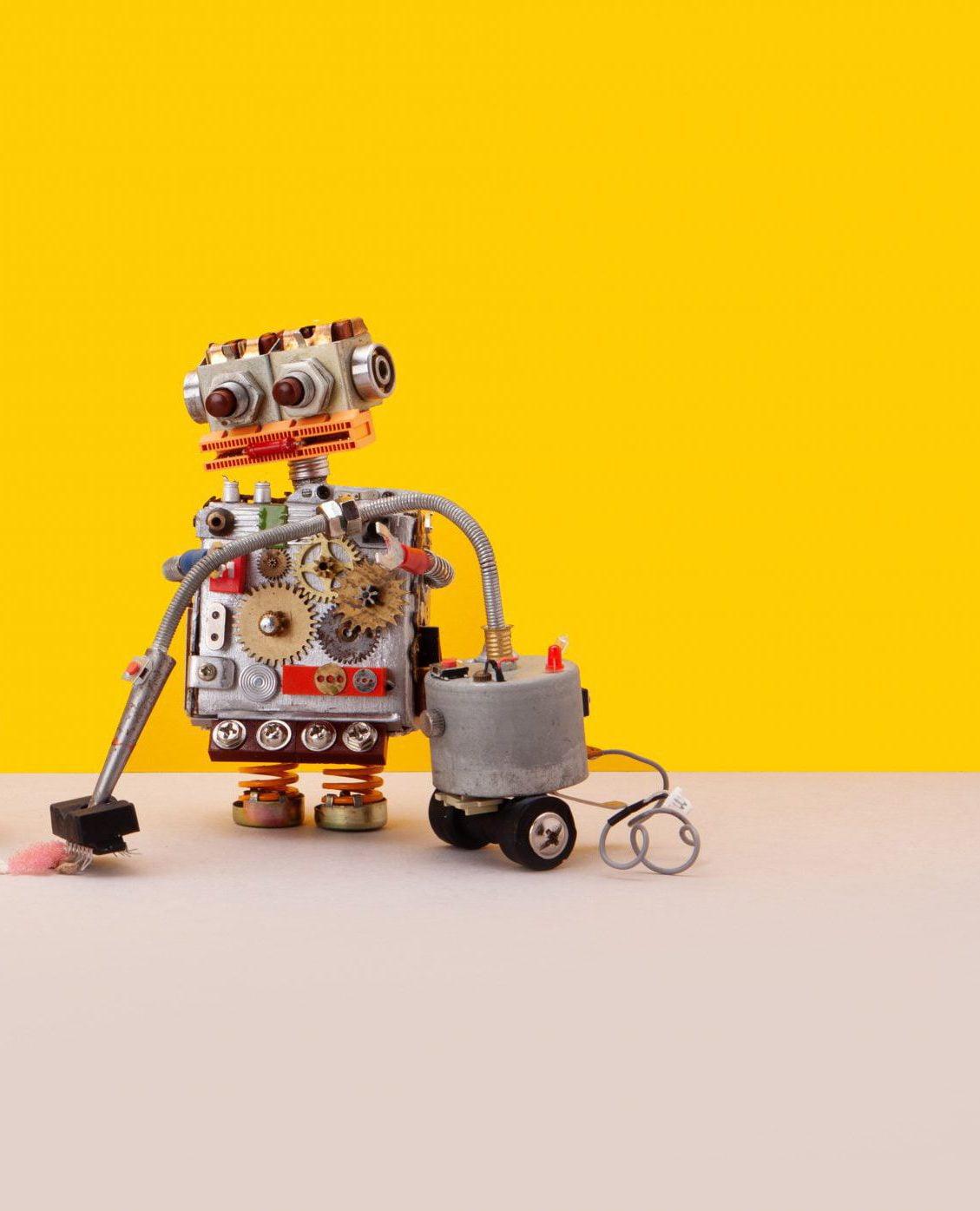Robot na żółtym tle