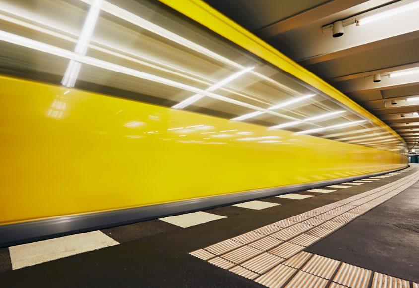 Podziemna stacja metra z żółtymi ścianami