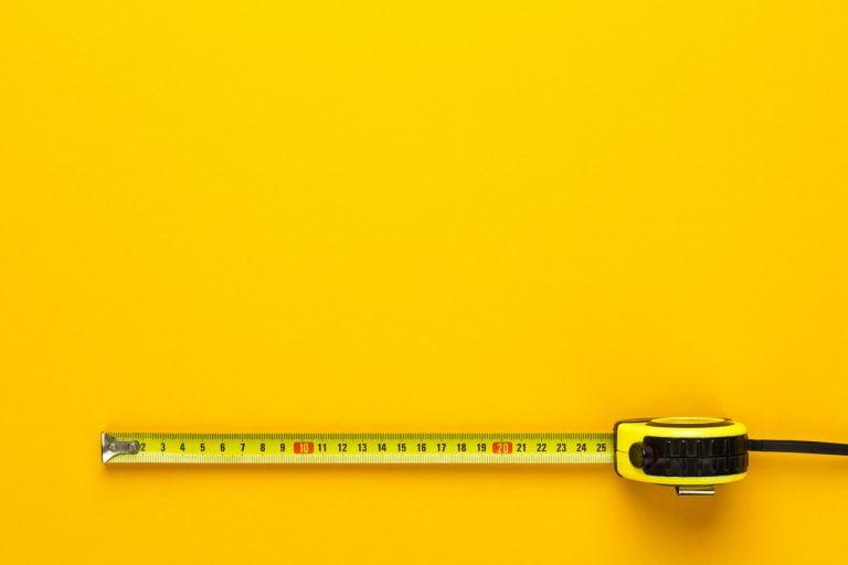Miarka na żółtym tle