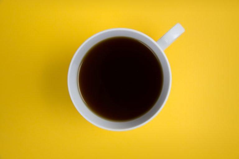 Kubek z kawą na żółtym tle