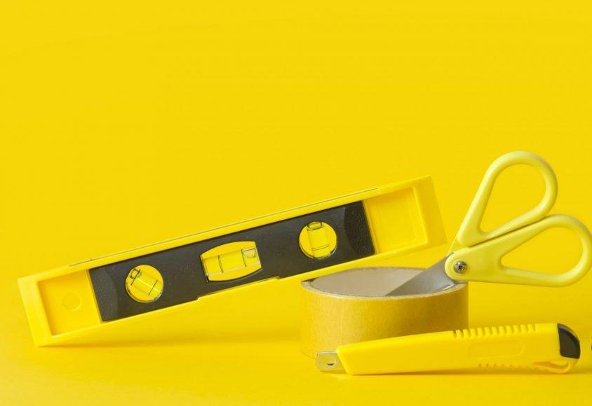 Żółte narzędzia na żółtym tle