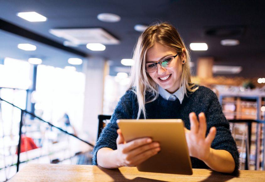 Młoda kobieta rejestrująca domenę