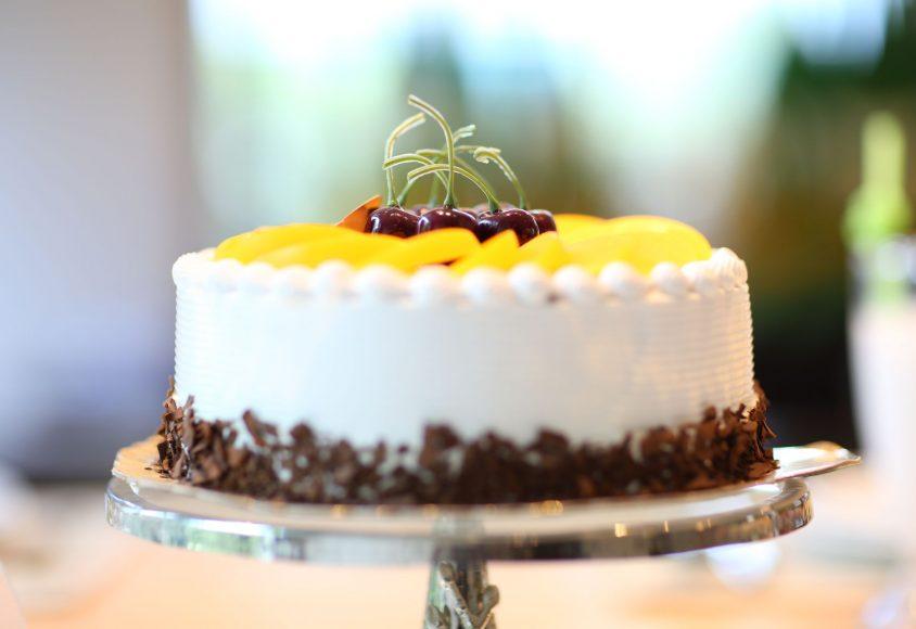 Tort ozdobiony owocami