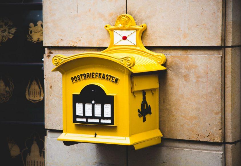 Żółta skrzynka pocztowa