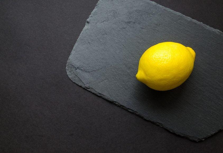 Cytryna położona na szarej kamiennej desce