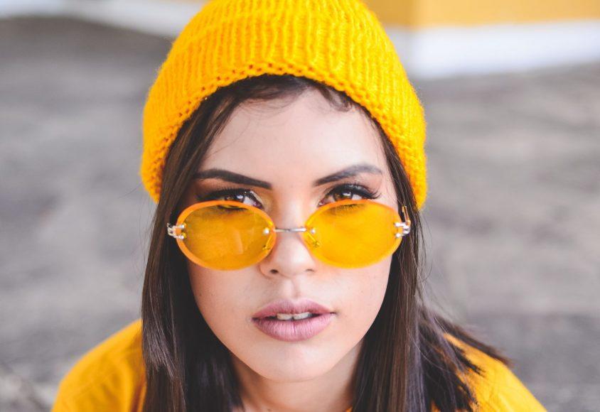 Szatynka w żółtych okularach i wełnianej, żółtej czapce