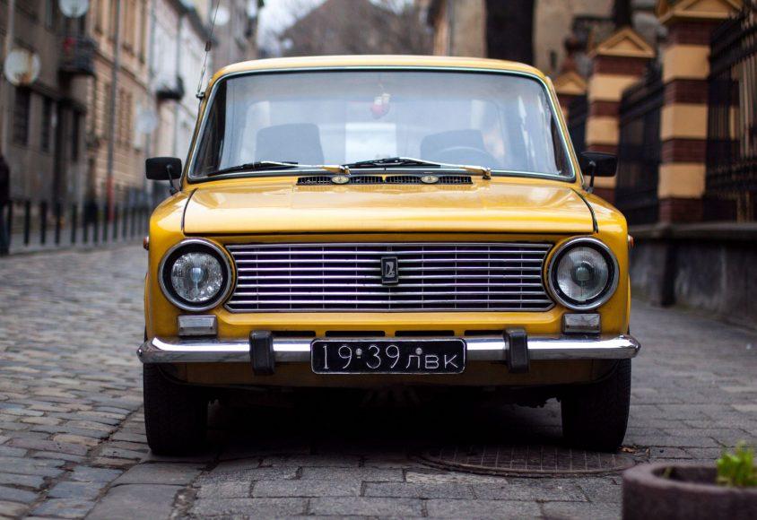 Żółty samochód