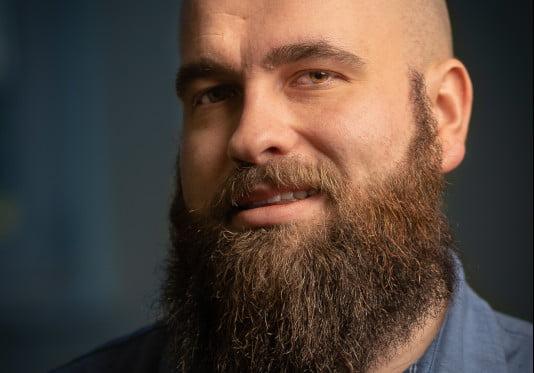 Damian Pietraszek - hosting expert. Portret.