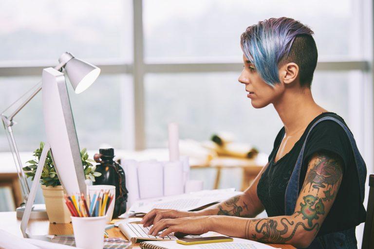 Social media - kobieta siedząca przed laptopem