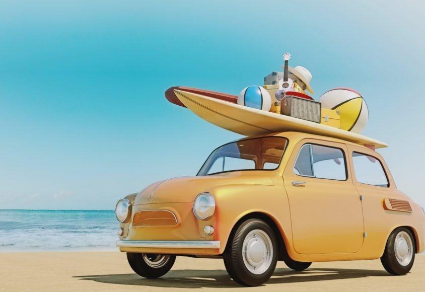 małe retro auto zapakowane rzeczami na wakacje