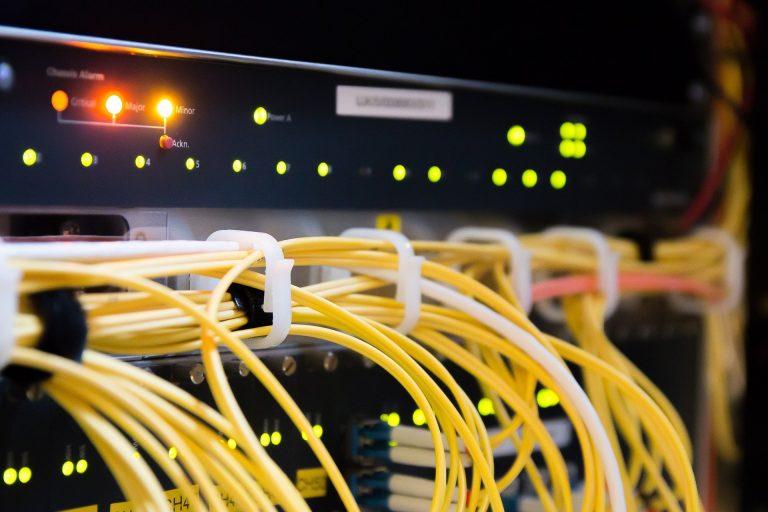 Cyberprzestrzeń - przewody i serwery
