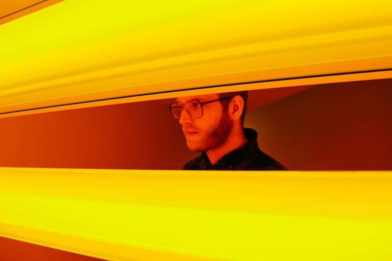 Mężczyzna spogląda poprzez ogromne żółte żalujze